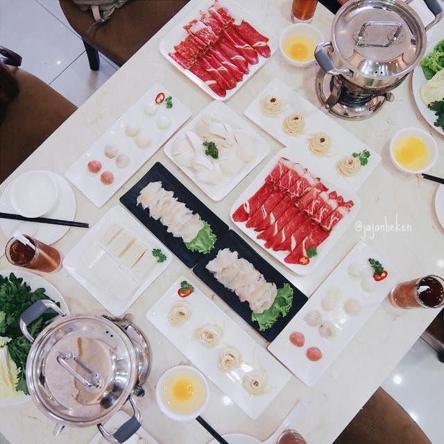 Menu yang kami nikmati siang itu, semua yang tersaji di meja ini cukup untuk empat orang.