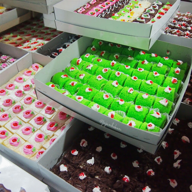 Mini Cake (IDR 20K/box).