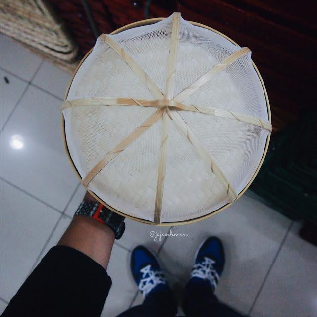 Wadah penyimpan makanan dengan tudung saji yang terbuat dari bambu.